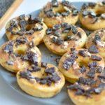 Kokos-Mandel-Donuts mit Topping