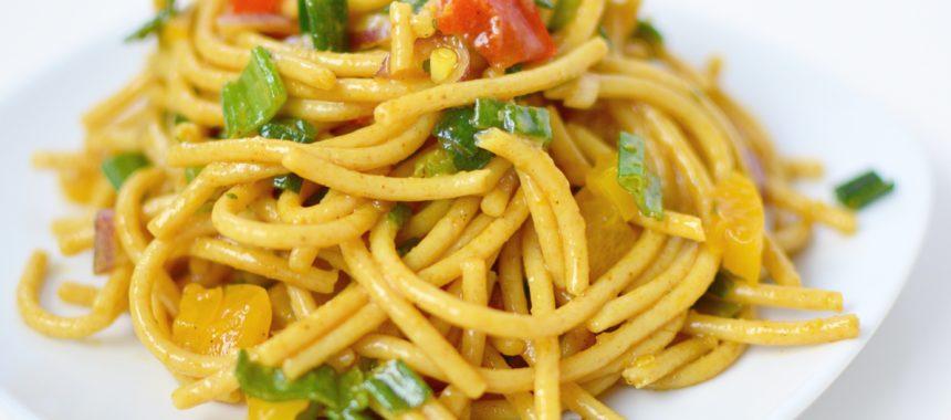 Pikanter Spaghettisalat mit asiatischem Hauch