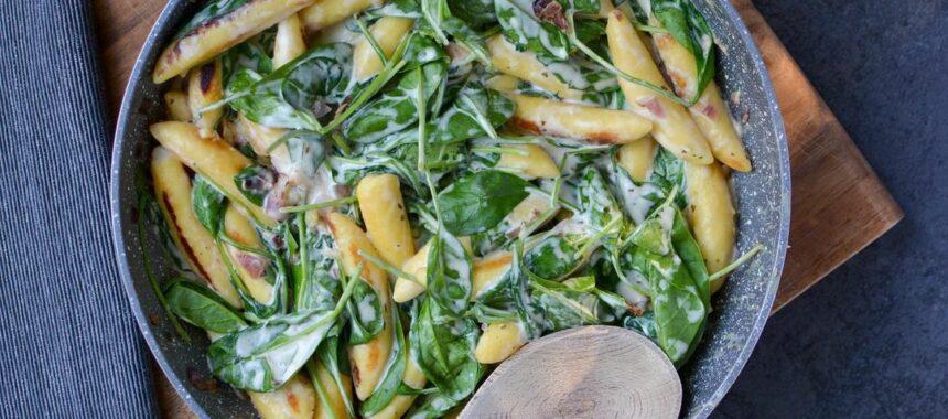 Schnupfnudel-Pfanne mit Blattspinat und Feta